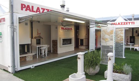 Show-room itinérant Palazzetti avec des poêles à pellets, cheminées et cuisinières en démonstration